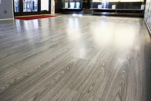 Pavimento in laminato rovere grigio - Installazione Bar Sister Act - Amelia (TR)