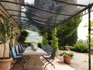 Pergola in ferro battuto con copertura in PVC trasparente ondulato