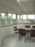 Luminoso nterno della veranda con infissi in PVC bianco e pavimento parquet laiminato grigio