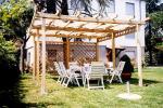 Gazebo con struttura in legno chiaro e copertura in teli in tessuto o PVC