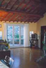 Installazione di infissi in legno e parquet presso abitazione in provincia di Terni