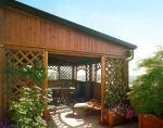 Veranda in legno per chiusura terrazzo - Tamponatua in grigliato per rampicanti e perline