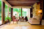 Veranda in legno e vetro con soffitto in travetti - tamponature con vetrate su infissi in legno