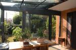 Veranda addossata con serramenti in alluminio, tetto in vetro