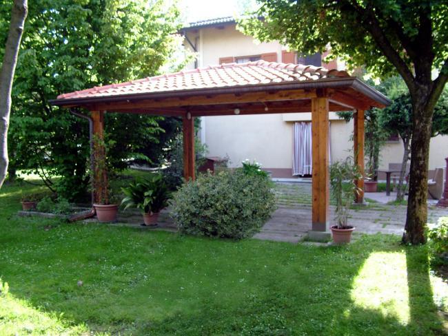 Gazebo con travi in legno e tetto di coppi e tegole per residenze in città e campagna