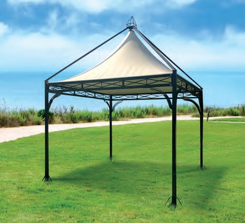 Gazebo stile ferro battuto con teli e tende in giardino di residenza di campagna