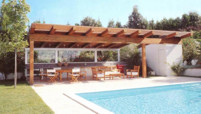 Gazebo con travi in legno e perlinato in legno in residenza con piscina