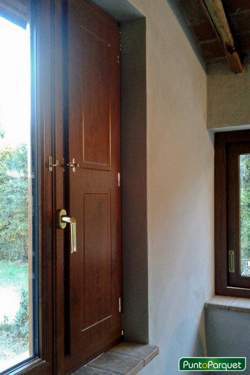 Chiusura portico con infissi in PVC per abitazione residenziale