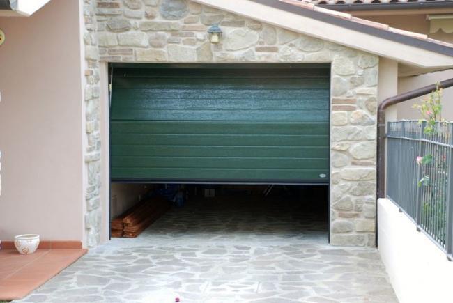 porta-basculante-sezionale-lamiera-legno-verde-bianca-coibentata