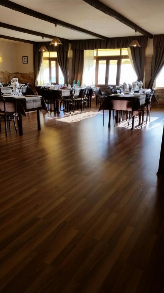 Pavimento in laminato - noce 3 strip - classe di resistenza AC4 - uso commerciale - ristorante