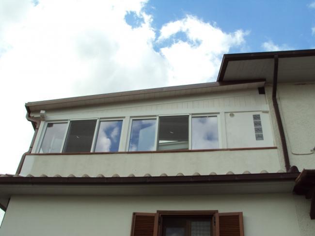 Realizzazione di una veranda in terrazzo con infissi in PVC a Terni