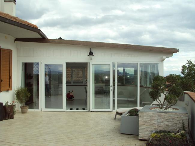 Esterno della copertura del terrazzo con struttura in muratura, legno e PVC.
