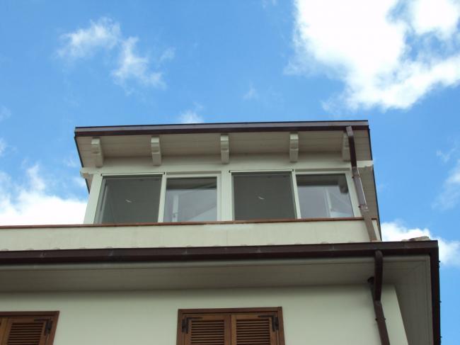 Esterno di una veranda in terrazzo - Chiusura con infissi in PVC ad apertura a battente