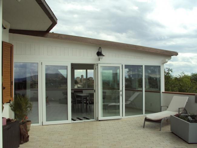 Copertura verticale di una veranda con infissi in PVC bianco - provincia di Terni