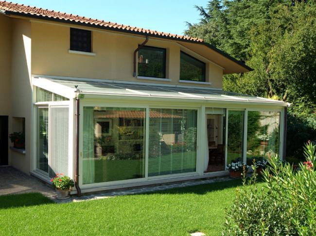 Veranda in alluminio e vetro - tetto in vetro e tamponature con facciate a vetro continuo scorrevoli