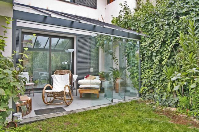 Veranda in vetro e alluminio, tamponatura con lastre di vetro scorrevoli
